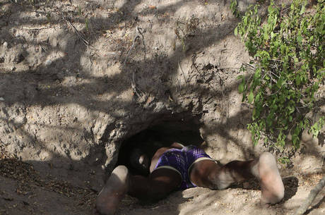 Hadzas como Zigwadzee entram dentro de buracos e tocas para caçar animais como porcos-espinhos
