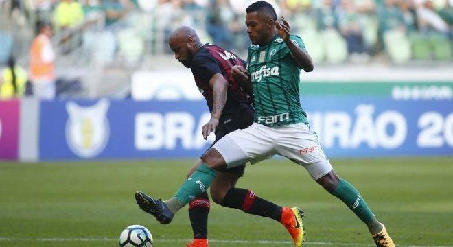 Thiago Heleno levou a melhor no duelo com Borja na vitória do Atlético-PR