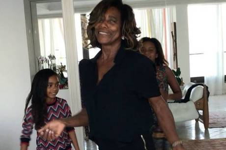 Gloria Maria dança com as filhas e vídeo bomba na internet