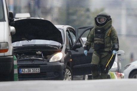 Polícia isolou a área e instruiu os moradores a permanecerem dentro de casa enquanto uma unidade militar verificava se havia explosivos