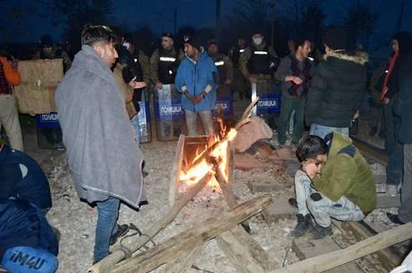 Refugiados queimavam madeira, caixas de plástico e até as próprias roupas para se manterem aquecidos em dias de frio