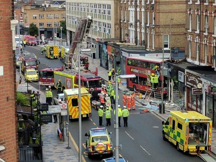 Acidente deixa duas mulheres presas em autocarro de dois andares — Londres