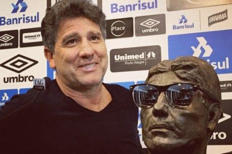 Renato recebeu presente de escultor gremista
