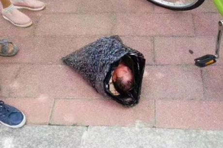 Bebê foi encontrado dentro de saco plástico