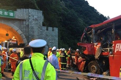 Ônibus colidiu contra a parede de um túnel; equipes de resgate continuam trabalho
