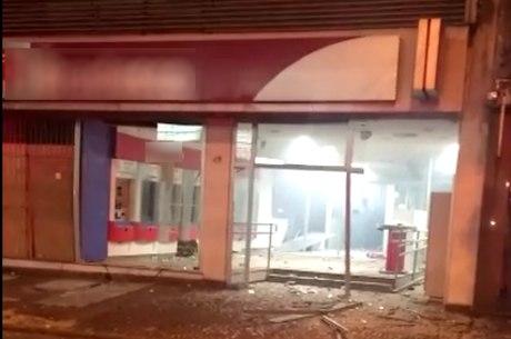 Banco foi explodido durante a madrugada deste sábado (12)