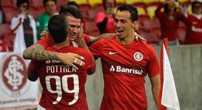 Cuesta comemora seu gol com os atacantes Pottker e Leandro Damião