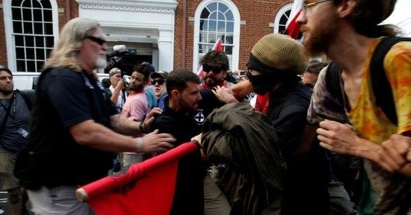 Prefeito de Charlottesville culpa Casa Branca por violência entre supremacistas brancos e grupos antirracistas