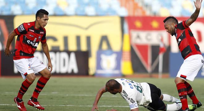Atlético-GO e Coritiba se enfrentaram no Estádio Olímpico, em Goiânia