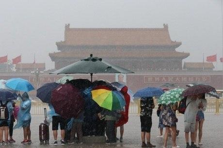 Tempestades varreram Pequim e o sudeste da China, afetando milhares de vôos e inundando cidades