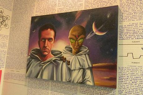 Paredes do quarto estavam cheias de escritos e umas das gravuras mostrava um extraterrestre ao lado de um humano
