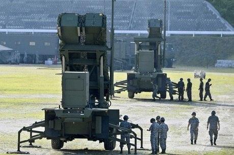 Diversos veículos militares transportaram plataformas de mísseis e outros elementos do sistema de defesa
