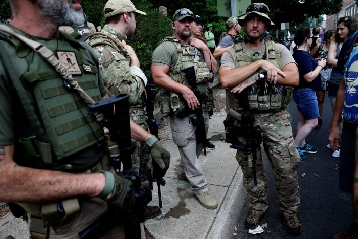 Centenas de supremacistas brancos manifestam-se em Charlottesville