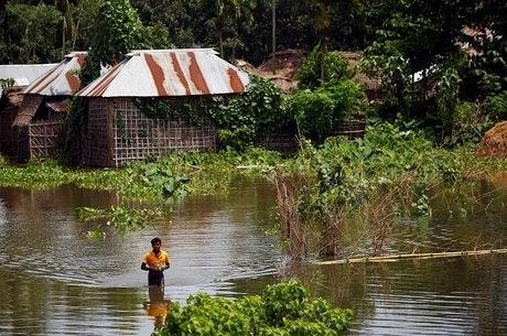 """""""Estudos mostram que as recentes inundações em Bangladesh tiveram 68% maior probabilidade de ocorrer por conta das mudanças climáticas"""", diz Nick Watts, consultor da OMS"""