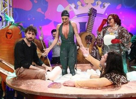 Juju Salimeni e Mionzinho tomam 'banho de canjica' no programa