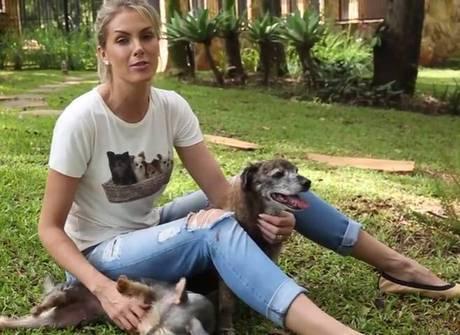 Apresentadora mostra o canil<br />de sua casa e seus cachorrinhos