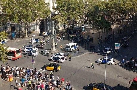 Serviços de emergência da região orientaram o público a evitar a área perto da Praça da Catalunha
