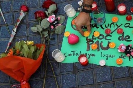 Homenagens às vítimas no local do incidente. No cartaz, a mensagem: 'Catalunha, lugar de paz'