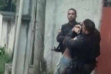PMs são flagrados agredindo moradores de uma comunidade em Duque de Caxias