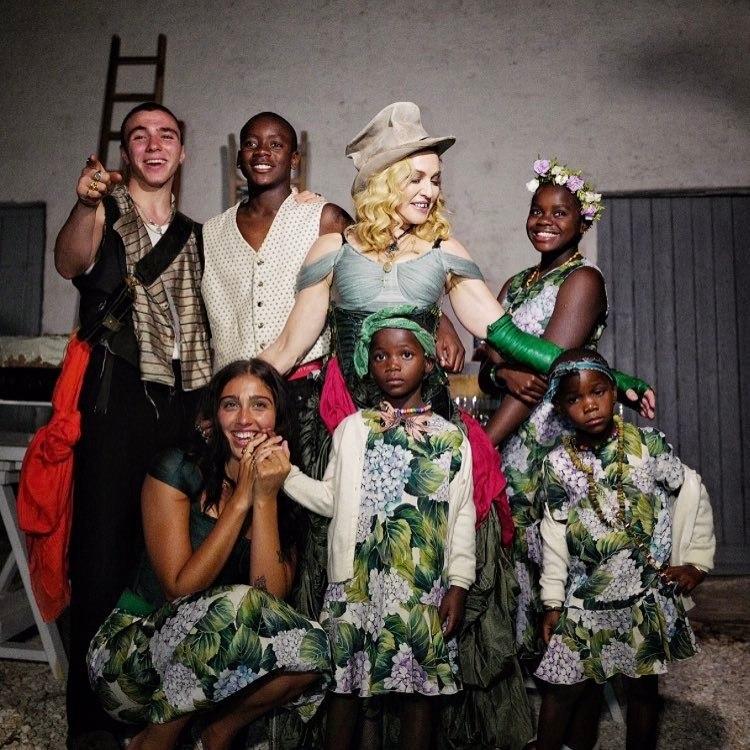 Madonna comemora aniversário e divulga foto inédita com todos os filhos