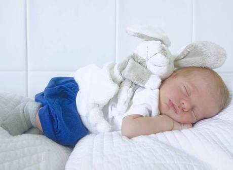 Karina Bacchi posta foto do filho dormindo e fãs suspiram