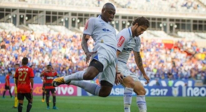 """Sassá e sua famosa """"sarrada"""" no ar: atacante marcou um para o Cruzeiro"""