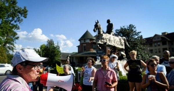Charlottesville irá cobrir estátuas confederadas após encontro caótico de vereadores