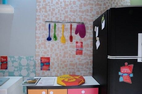 Na cozinha, uma das experiências é tentar pegar objetos usando uma luva que dificulta a manipulação
