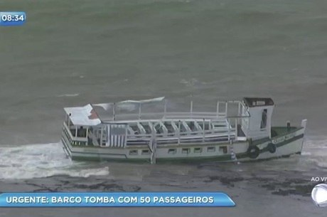 Embarcação ficou encalhada após acidente
