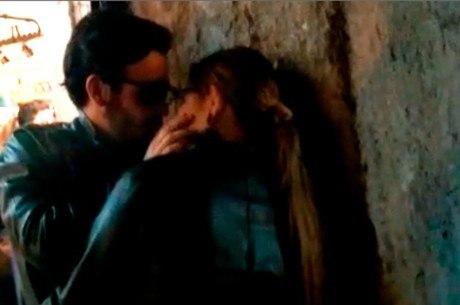Cantora foi vista abraçada com o ator Matheus Corcione