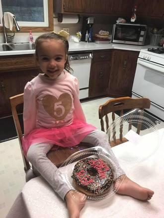 Mas essa não é a primeira vez que RE conseguiu ser autossuficiente. Segundo a mãe, Karlyn Pranke disse à KSTP News, a menina usa os pés para se alimentar, escovar os dentes, e beber as coisas