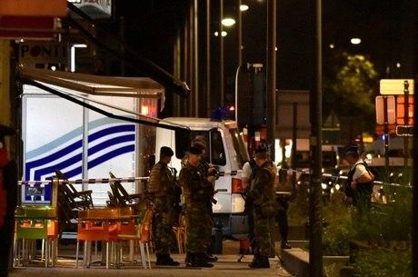 """Na última sexta-feira (25), um homem tentou agredir militares com um facão em Bruxelas, mas foi """"neutralizado"""" pelos soldados"""