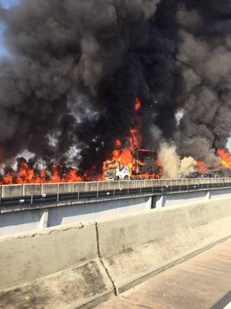 Um acidente envolvendo ao menos 34 veículos e duas carretas acabou com duas pessoas mortas na altura do km 75 da rodovia Carvalho Pinto, em Jacareí, interior paulista