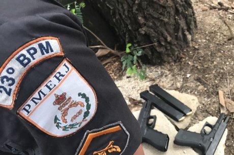Policiais apreenderam duas pistolas e uma van roubada
