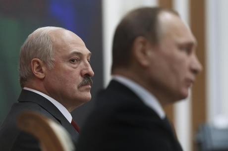 Alexander Lukashenko (em foco) é presidente desde 1994