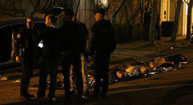 Corpos dos suspeitos enfileirados no meio da rua
