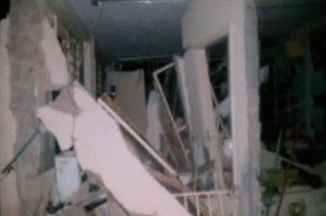 Segundo a polícia, por conta da explosão, a parede do fundo da unidade dos Correios foi derrubada