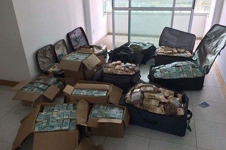 Resultado de imagem para pf acha malas de dinheiro em ap de geddel