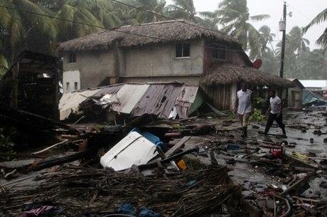 Tempestade com ventos de 290 km/h deixaram casas destruídas