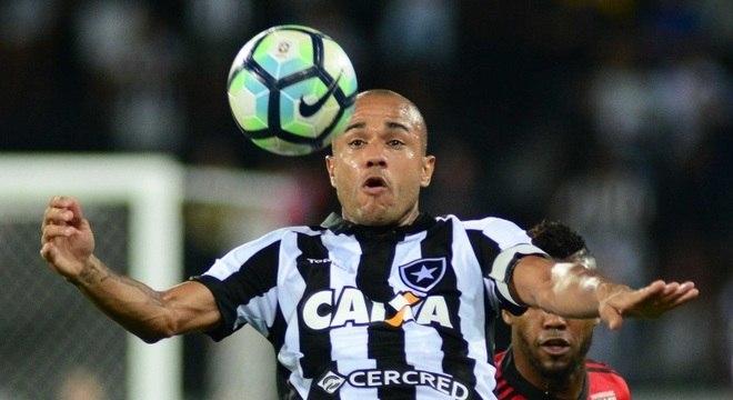 f8e68fb043 Dono da bola  Roger marcou os dois gols e foi o destaque do Botafogo no