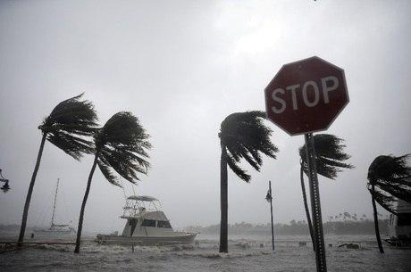 Irma chegou ao litoral com ventos contínuos de mais de 209 quilômetros por hora
