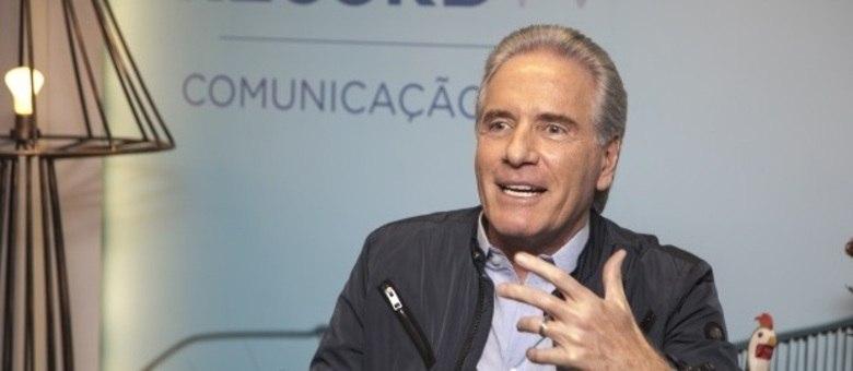 Roberto Justus é o apresentador do programa que tem ex-participantes de realities como competidores