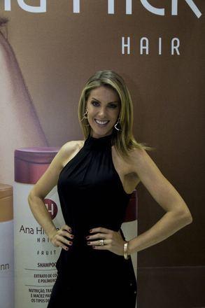 be025ffc6f57a Anterior Ana Hickmann atraiu os flashes durante sua passagem pela Beauty  Fair