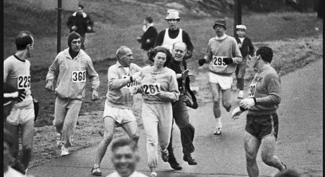 Kathrine Switzer, em 1967, correu a Maratona de Boston escoltada por outros atletas