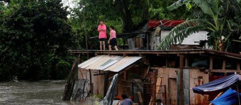 A cidade de Bacoor, nas Filipinas, ficou alagada com a passagem do Talim. O tufão se dirige agora para a China
