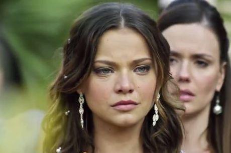 Vestida de noiva, Joana chora ao se recordar do passado