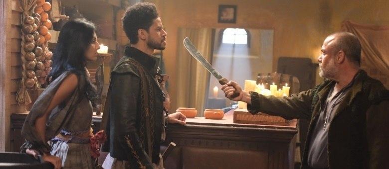 Falstaff ameaça matar Accalon após flagrar beijo em Dulcinéa