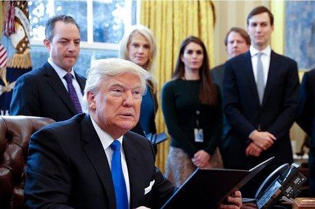 Assim como nesta foto, Hope Hicks é uma presença discreta na rotina de Trump