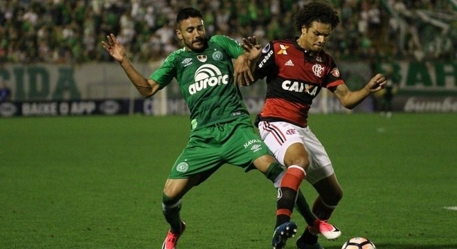 Alan Ruschel disputa bola com Willian Arão no meio de campo