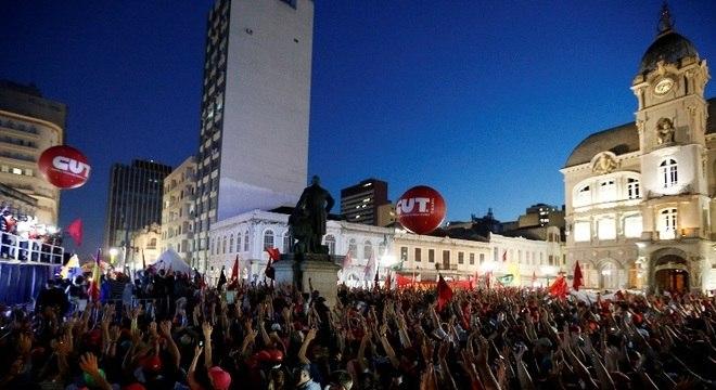 Praça ficou lotada durante ato pró-Lula nesta quarta-feira em Curitiba